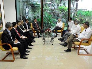 Raúl Castro dialoga con dirigente del Partido Comunista de Vietnam