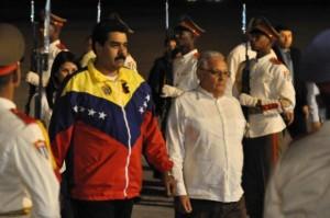 Nicolás Maduro (I), Presidente de la República Bolivariana de Venezuela, es recibido por el Dr. Rodolfo Alarcón Ortiz, Ministro de Educación Superior, a su llegada al aeropuerto Internacional José Martí, en La Habana, Cuba, el 26 de enero de 2014, para participar en la II Cumbre de la Comunidad de Estados Latinoamericanos y Caribeños (CELAC). AIN FOTO/Marcelino VÁZQUEZ HERNÁNDEZ/