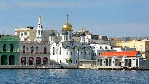La Iglesia Ortodoxa Rusa de Nuestra Señora de Kazán, en La Habana, ubicada en la bahía de la ciudad. Foto: Julio Vidal.